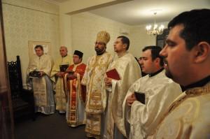 Preoții și călugării în jurul episcopului la Sărbătoarea Intrării în Templu a Maicii Domnului