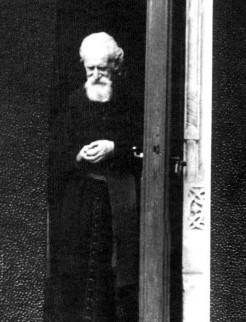 """Monseniorul Vladimir Ghika în ușa Bisericii Sfântul """"Vasile cel Mare"""""""