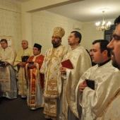 Preotii si calugarii in jurul episcopului la Sarbatoarea Intrarii in Templu a Maicii Domnului